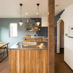 アイランドキッチンを側面から。木目が美しいキッチンです。