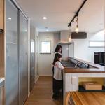 セラミック天板のキッチンと大容量のキッチン収納でスッキリ