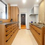 キッチン横につながるダイニング。こちらの扉と正面を閉じれば区切られた空間に。