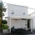外壁はもちろん、屋根やカーポートも白で統一し、西海岸スタイルを完成させました。
