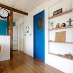 青い室内ドアは色やチェッカーガラス、真鍮風のノブなどをオーダーしたセミオーダー品です。