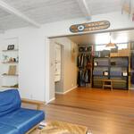 一階に配置した寝室は、就寝時以外はリビングとつなげて使える引き戸使用。