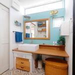造作洗面台や大きな鏡など、奥様のイメージをそのまま実現したユーティリティー。