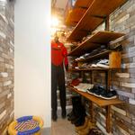 ウェットスーツの収納スペースも確保したシューズクローゼット。
