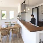 キッチンは立ち上がりのあるタイプで前面から手元が隠せます
