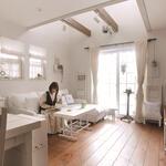 無垢フロアに白で統一した家具と小物。テーブルは別製作の天板を塗装して乗せています