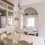 出窓風カウンター、棚、ダイニングテーブルとチェアもご自身で白色に塗装されました。