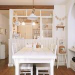 ガラス格子窓が可愛いキッチン。格子の色も白で統一しています
