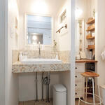 洗面とドレッサーは壁で仕切って使いやすく。はめ込んだステンドグラスも華やか。