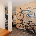 自転車がディスプレイのように美しく置かれる玄関