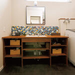 カラフルなタイルがおしゃれな洗面台。